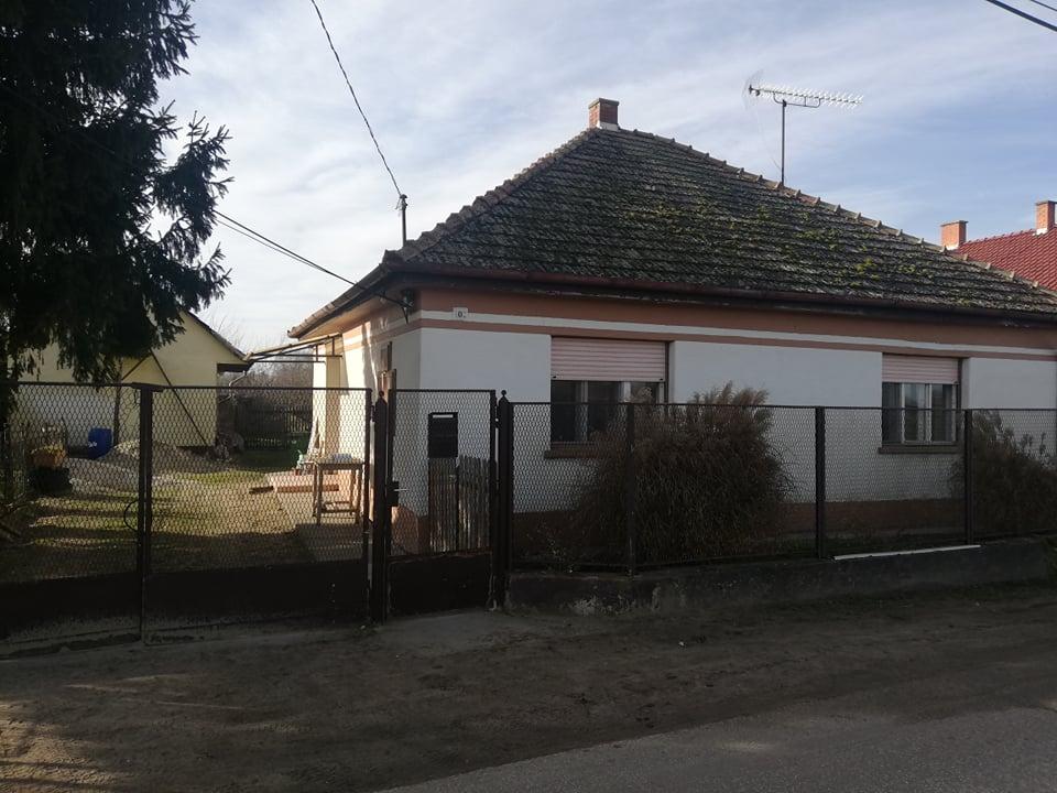Örkény város szélén, de belterületen eladó egy 100 m2-es családi ház!